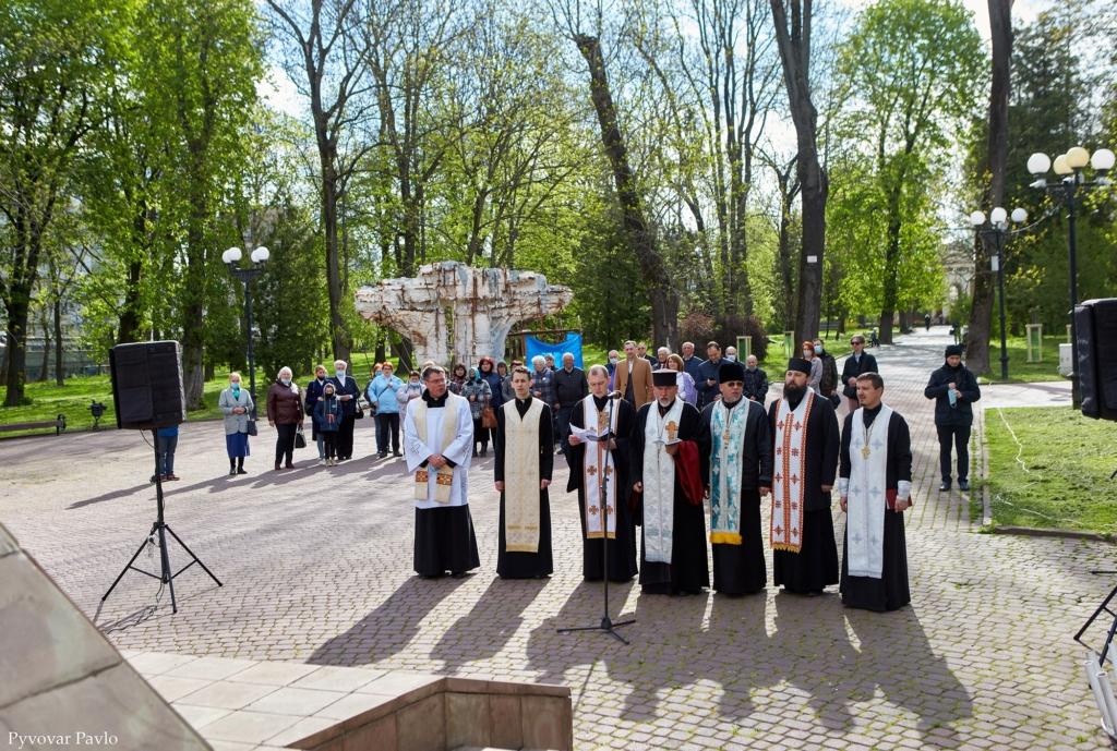 Святкування Дня міста у Франківську почалося вшануванням героїв 2