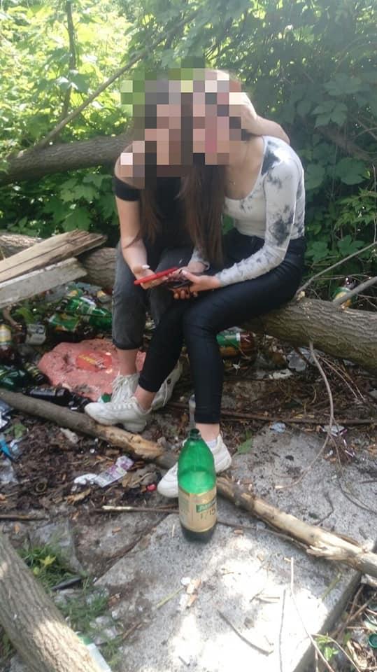 У Франківську дівчат, які пили алкоголь у дворах, передали поліції 2