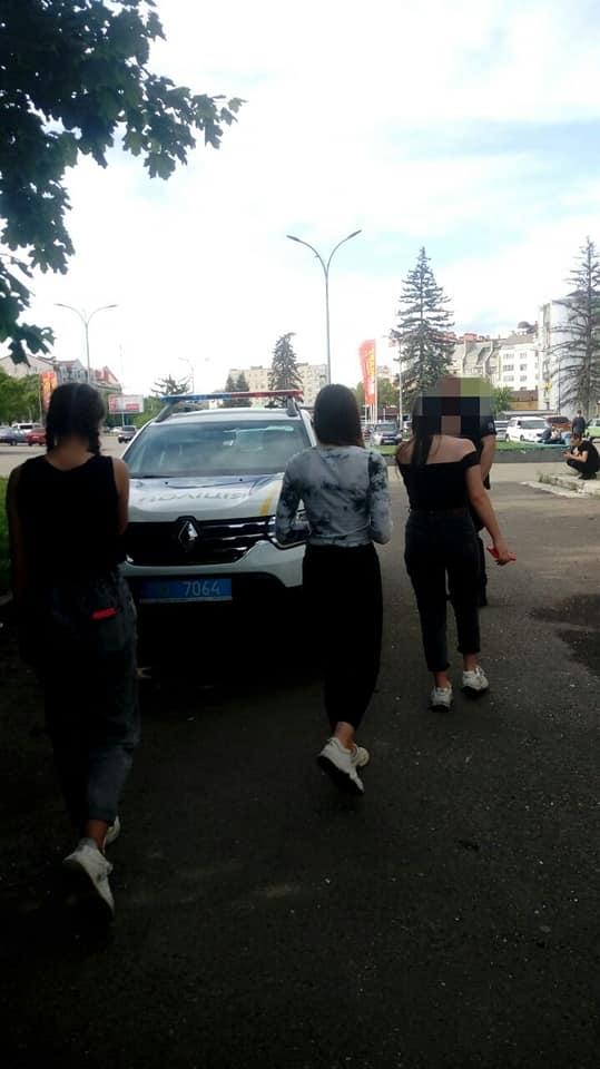 У Франківську дівчат, які пили алкоголь у дворах, передали поліції 3