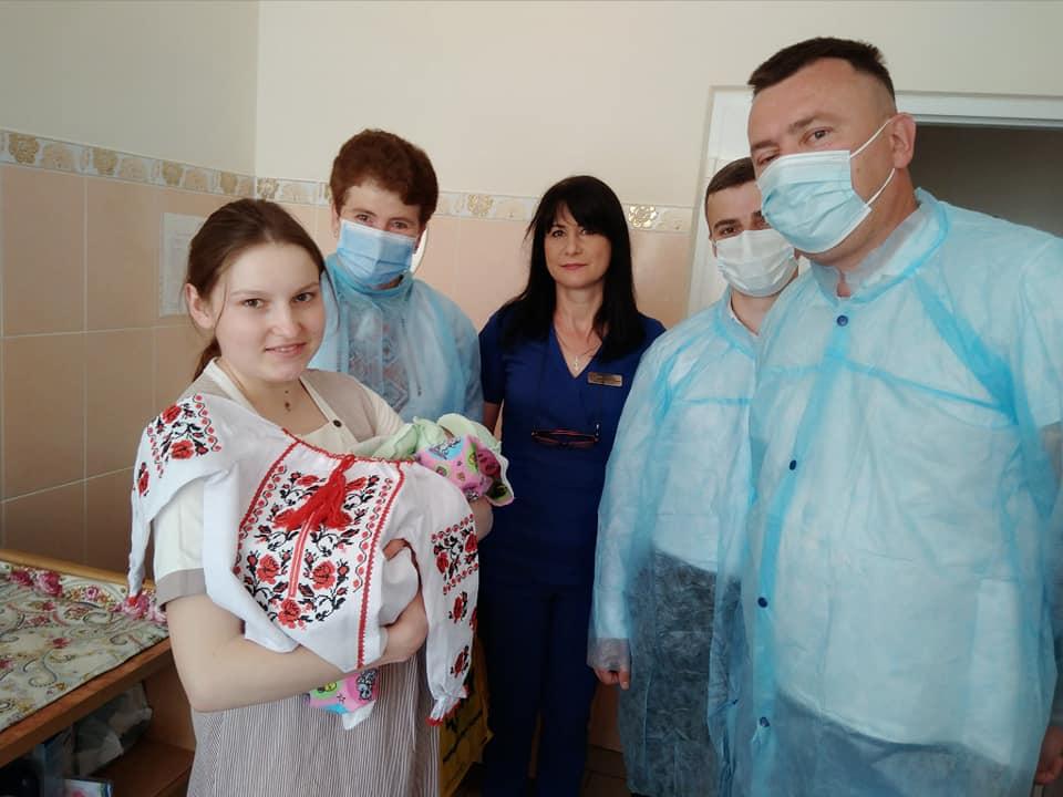 До Дня міста Калуша немовлятам у пологовому подарували вишиванки 1