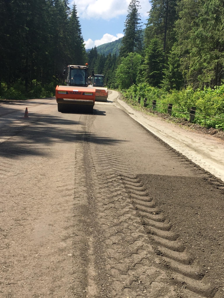 """Від Мислівки до Торунського перевалу: понад 20 тяжких машин вивели на ремонт дороги """"Долина – Хуст"""" 1"""