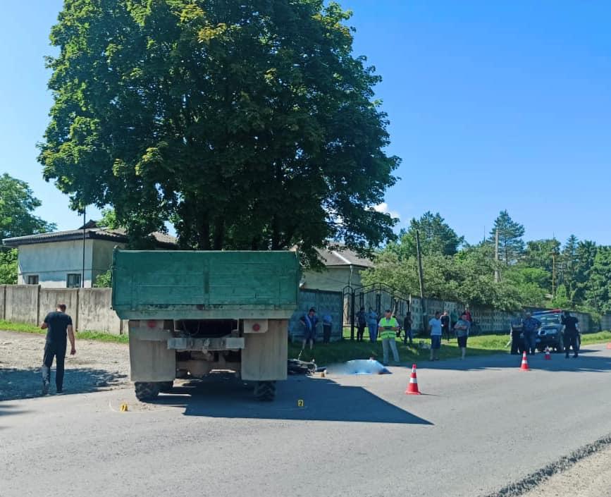 У Пасічній зіткнулися вантажівка і мотоцикл. Загинули 18-річні хлопці 1