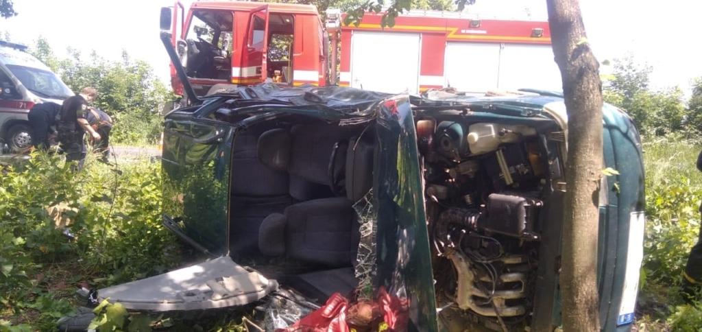 На Тлумаччині перекинувся ВАЗ, водія діставали рятувальники 1