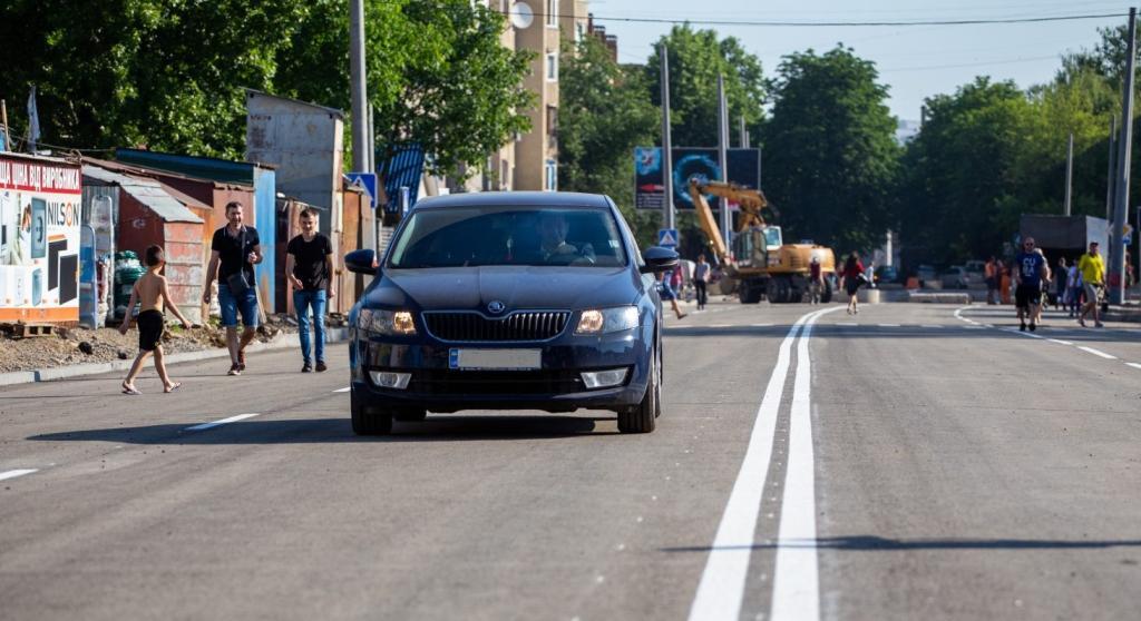 Без тротуарів та з розміткою на чорновому шарі: у Франківську відкрили з'єднані бульвари 1