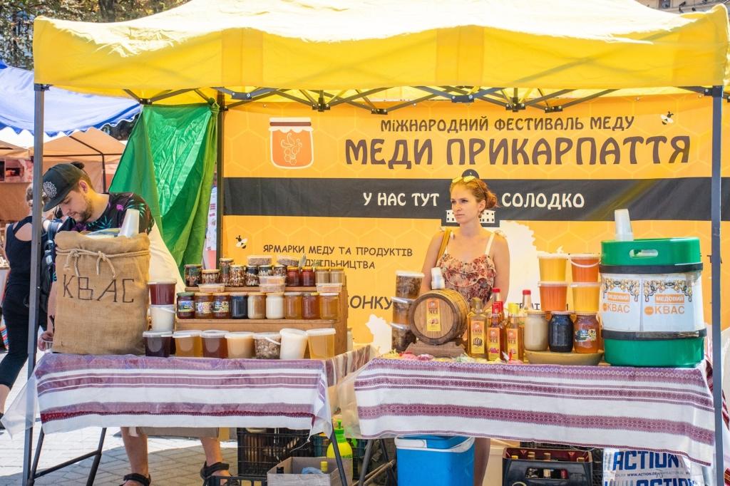 """У Франківську відкрили фестиваль-ярмарок """"Меди Прикарпаття"""" 1"""