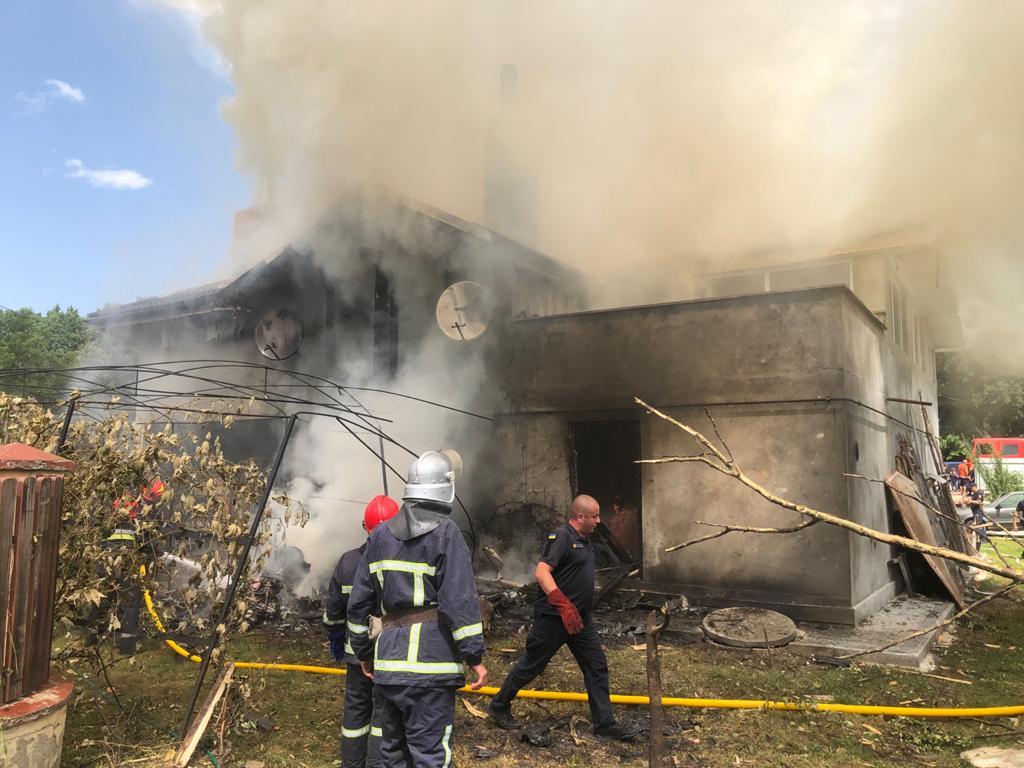 На Прикарпатті легкомоторний літак впав на особняк: загинули чотири людини 1