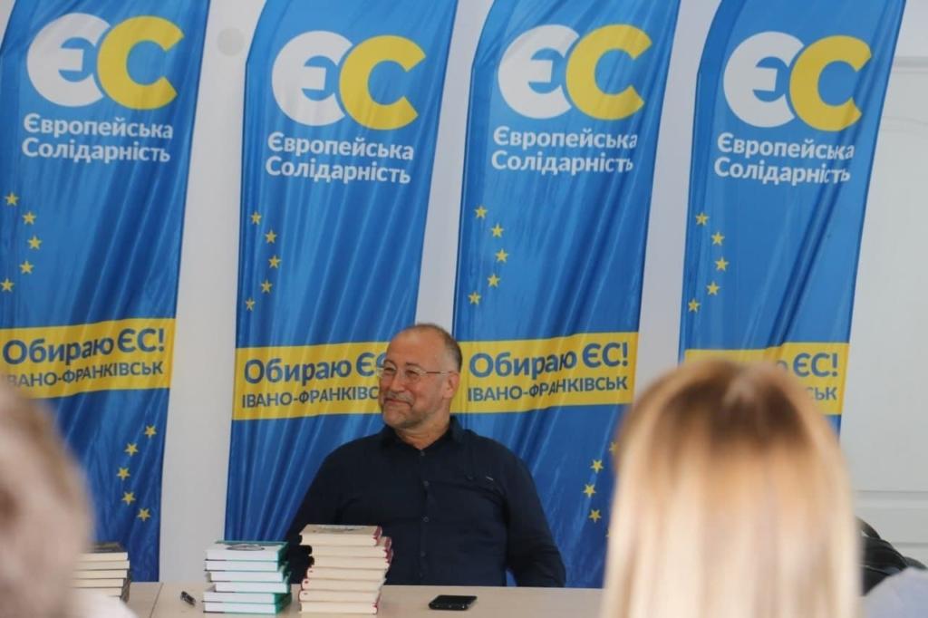 Депутати «ЄС» придбали для бібліотек Прикарпаття книги Степана Процюка 1