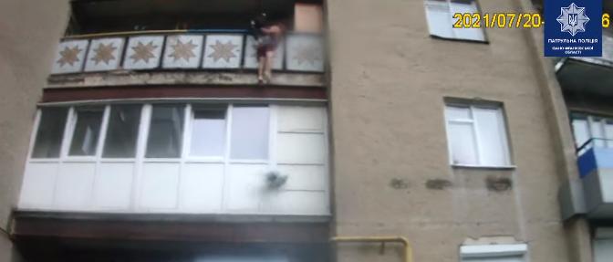 Патрульні у Франківську врятували 19-річного юнака, коли він стрибнув з балкона. ВІДЕО 1