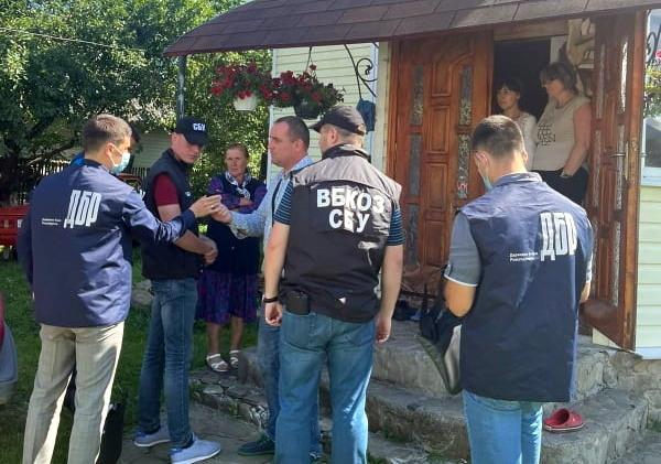 Поліцейського з Верховини взяли на хабарі - допомагав незаконно перевезти  ведмедя   Курс