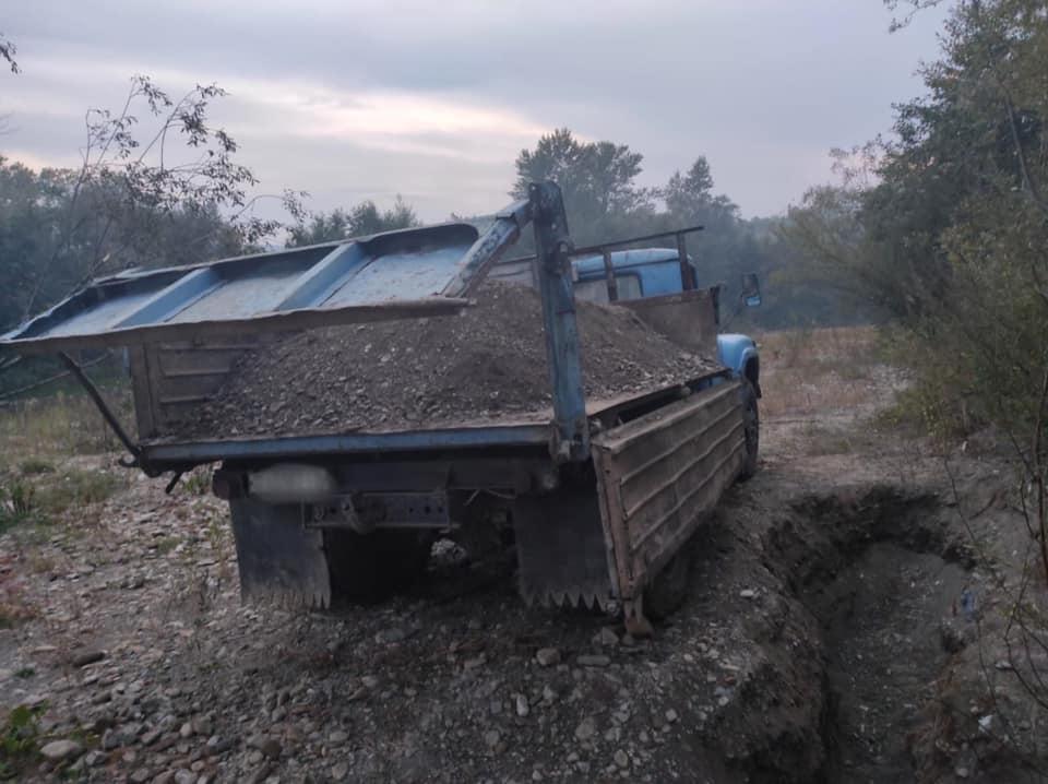У чотирьох районах Прикарпаття незаконно гребуть гравій з річок 2