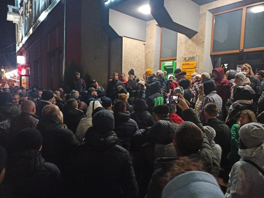 нічна черга до ЦНАПу на реєстрацію в Джерельце